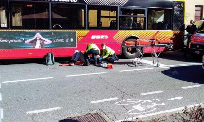 Via Baioni, scooter supera pullman e si schianta contro un'auto