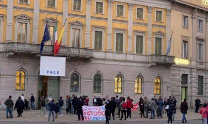 Blitz sotto Palazzo Frizzoni di baristi e ristoratori, bloccato il traffico a Porta Nuova