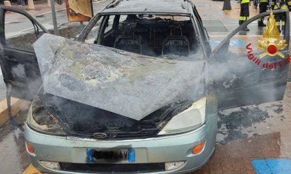 Auto prende fuoco all'Iper di Seriate: 75enne esce dall'abitacolo prima dell'incendio