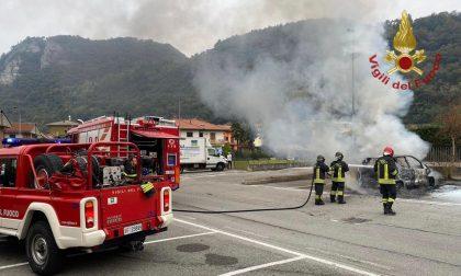 Auto parcheggiata prende fuoco a Cisano: sul posto i vigili del fuoco
