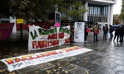 La protesta di studenti, insegnanti e genitori sotto la Regione contro la didattica a distanza