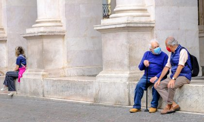La raccomandazione di Remuzzi: chi ha più di settant'anni non esca (se possibile)