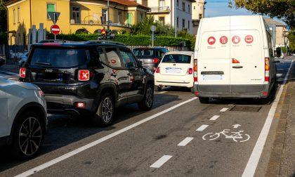 Le corsie ciclabili scatenano la guerra della strada tra ciclisti e automobilisti in città