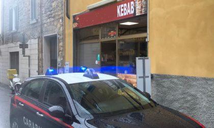Beve senza pagare, ruba 190 euro al kebabbaro e picchia un dipendente: arrestato