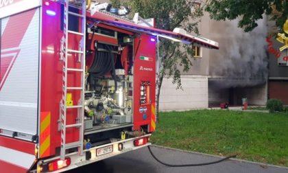 Prendono fuoco le cantine, paura (ma nessun ferito) in quartiere San Tomaso