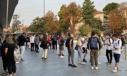 Assembramenti in entrata e uscita da scuola, scende in campo la Croce Rossa