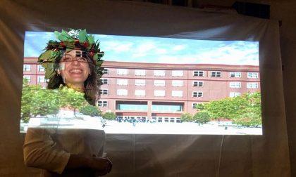 Non può laurearsi in Università, allora Camilla proietta la facciata della Bicocca in casa