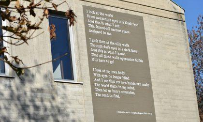 I Carmina Muralia arrivano in città: dipinta la prima poesia sulla facciata del liceo Falcone