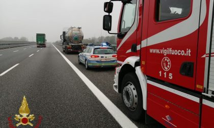 Principio di incendio per un camion cisterna lungo la BreBeMi: sul posto i vigili del fuoco