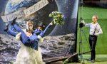 """Un matrimonio """"tamarro"""" sul prato (sintetico) del Teatro Donizetti"""
