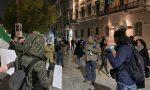 """Qualche negazionista e una ventina di """"sbandieratori"""" hanno protestato pure ieri sera"""