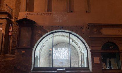 Si spegne la scritta al neon in piazza Mercato delle Scarpe: sarà messa in vendita per beneficenza