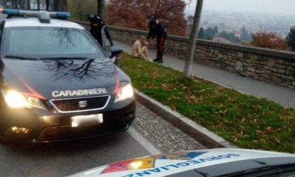 Uomo completamente nudo corre per la città, fermato dai carabinieri sulle Mura
