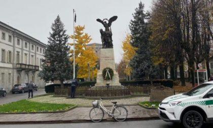 Ammaina il tricolore e issa una bandiera nera al monumento dei caduti: denunciato