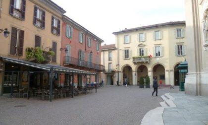 Pensionato si ferma a leggere il giornale in piazza a Treviglio: multa da 400 euro