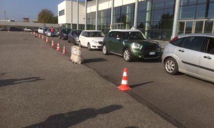 """Aperto a Treviglio il punto tamponi """"drive in"""" in Fiera: le foto delle auto in fila dalla mattina"""