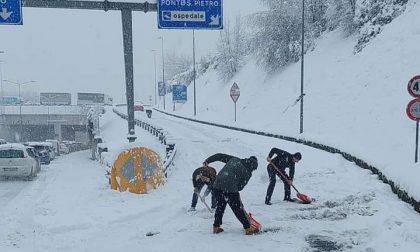 Asse interurbano in tilt, la Provincia si scusa per i pochi mezzi per spalare la neve