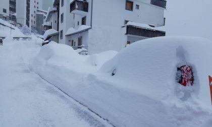 Continua a nevicare a Foppolo: più di 2 metri. Strade chiuse per pericolo valanghe