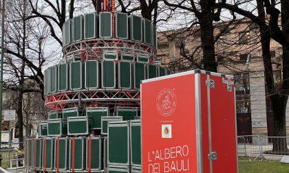 """Un """"albero di bauli"""" in centro a Bergamo per non dimenticare i lavoratori dello spettacolo"""