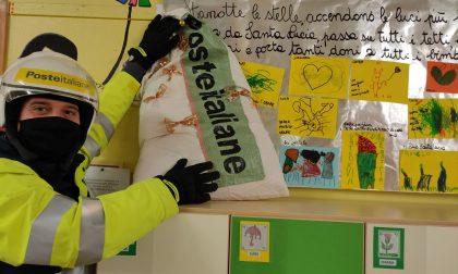Le Poste di Monterosso in visita alla materna Camozzi per ritirare le letterine di Santa Lucia