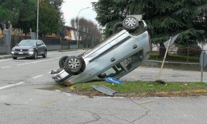 Si ribalta con l'auto della madre: illeso, si dilegua. Poi si presenta ai vigili