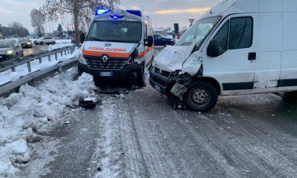 Ambulanza nuova distrutta da un furgone tradito dal ghiaccio