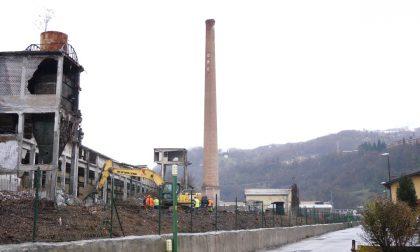 I video dell'abbattimento della ciminiera di Vertova: via al progetto di riqualificazione