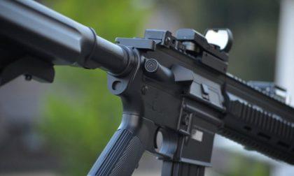 Gioca per strada con un fucile da softair: «È un terrorista», scatta l'allarme