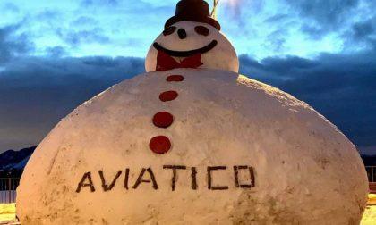 Ad Aviatico un pupazzo di neve gigantesco