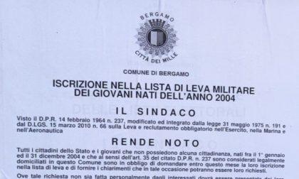 I manifesti del Comune di Bergamo per iscriversi alla leva militare: solo una formalità