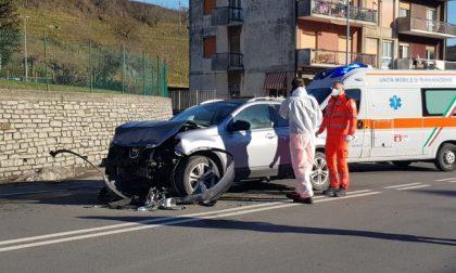 Inversione illegale sul provinciale, furgone si schianta contro un'auto