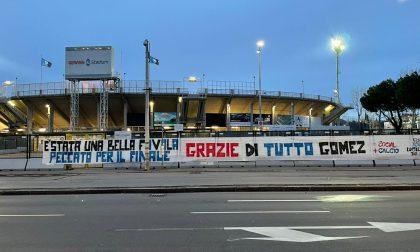 I tifosi salutano con due bellissimi striscioni fuori dallo stadio il Papu Gomez: «Grazie!»