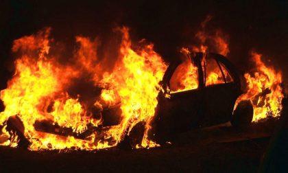 Auto si schianta nel fosso e prende fuoco: morto 55enne di Rogno