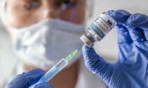 Vaccinazioni, stop alla pensione dei medici che tornano in campo per dare una mano