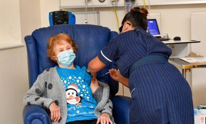 Vaccinazione anticipata per gli over 80: così vuole la Lombardia