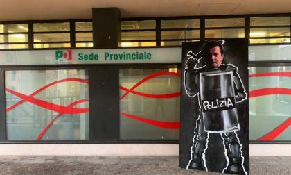 Cartonato di «Re Giorgio» Gori fuori dalla sede del Pd, la protesta dei ragazzi della Ponchia