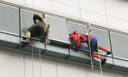 Le foto dei supereroi acrobatici di Abio in visita ai bambini dell'ospedale