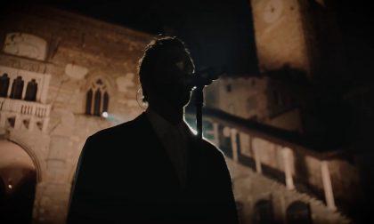 Un anno di Covid: da Piazza Vecchia, su Rai 1, l'omaggio di Marco Mengoni a Bergamo