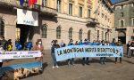 «La montagna merita rispetto»: il sit-in dei lavoratori del settore a Palazzo Frizzoni