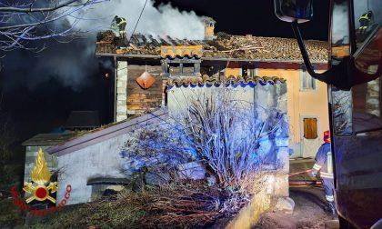 A fuoco 300 metri quadrati di un tetto a Clusone: vigili del fuoco al lavoro fino all'alba