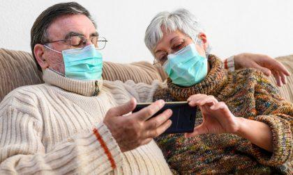Cesvi e volontari di Bergamo al fianco degli anziani per aiutarli a usare gli smartphone