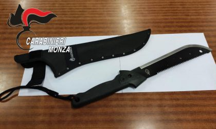 Armato di machete e ubriaco, minaccia e rapina 4 persone a Monza: arrestato 39enne