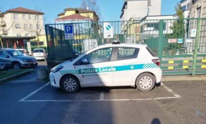 Parcheggio creativo della Polizia locale e sul web scattano ironia e irritazione