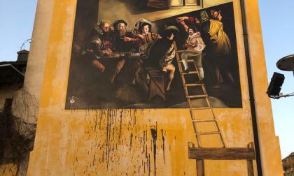 Vandali a Caravaggio: vernice nera sul murales dedicato a Michelangelo Merisi