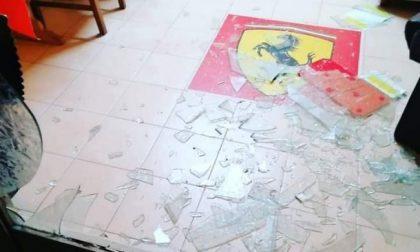 Vetri rotti e bottiglie di birra: le foto dell'atto vandalico contro il Ferrari Club di Caprino