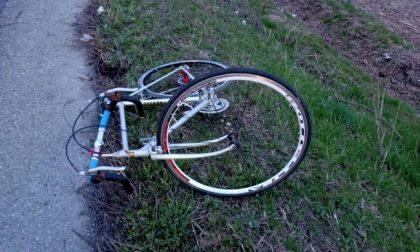 Finisce a terra dopo l'urto con un carro funebre: ciclista in elisoccorso all'ospedale