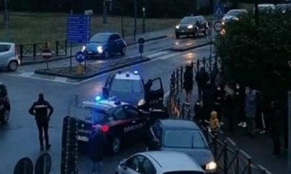 Non si ferma all'alt dei carabinieri e fugge: si schianta e abbandona l'auto con un bambino a bordo