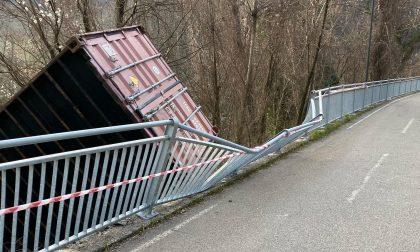 Container caduto sulla ciclabile a Zogno, individuato il camionista responsabile