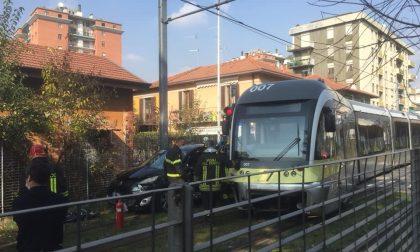 Automobile finisce contro tram in via Martinella, nessun ferito ma ritardi sulla linea