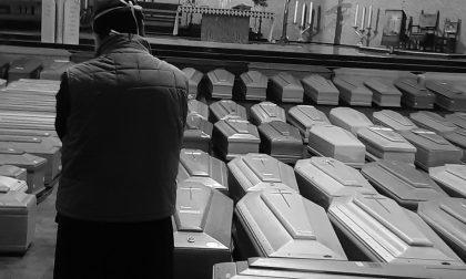 Le salme dei bergamaschi nella chiesa del cimitero, Angeloni: «Quei morti non erano soli»